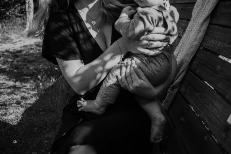 porträttfotografering, motherhoodshoot, mamma barn fotografering uppland, porträttbilder utomhus, Rebecka Thorell Photo, fotograf enköping, fotograf uppland