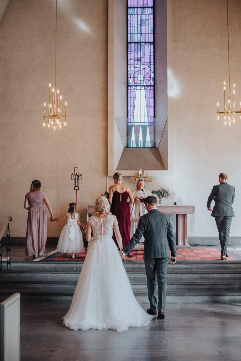 bröllop 2019, bröllopbromma, ängsbykyrkan bromma, bröllopsfotograf 2021, avslappnat brudpar