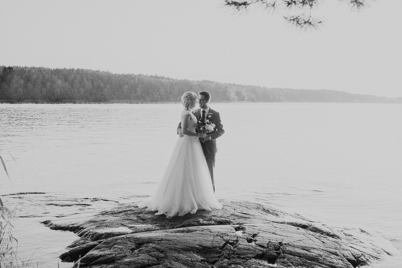 bröllop 2019, solnedgångsbilder, bröllopsbilder i solnedgången, bröllop augusti, bröllopbromma, bromma, bröllopsfotograf 2021, avslappnat brudpar, kanaans trädgårds café