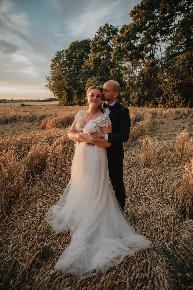 bröllopsfotograf uppsala, brudpar i solnedgången, golden hour porträtt, bröllop 2020, bröllop uppsala, stabby prästgårdThorell Photography