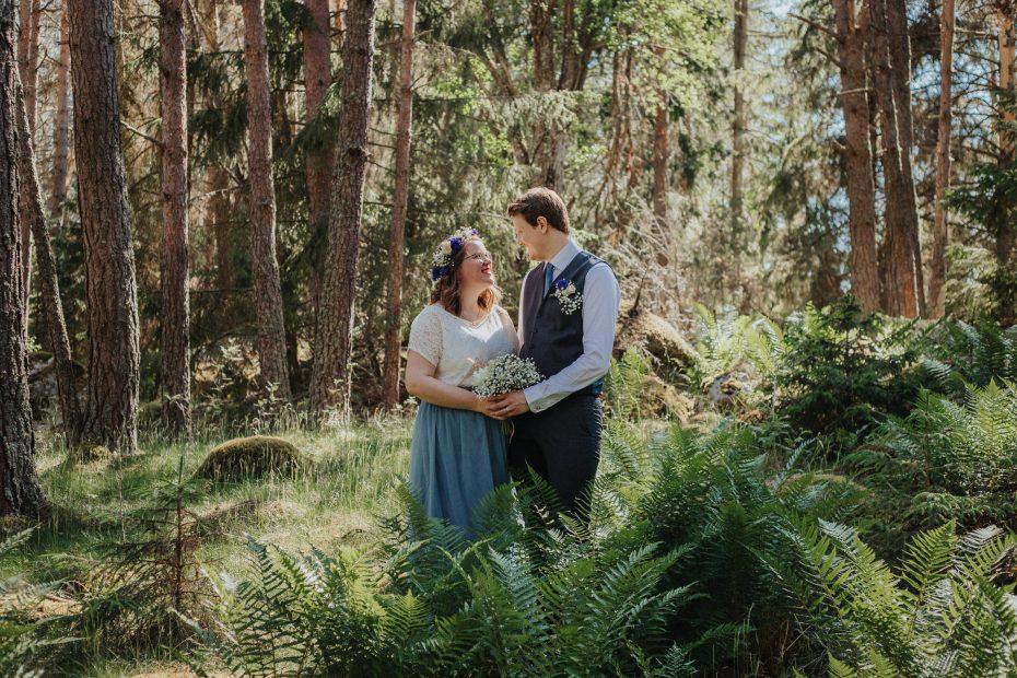 brudpar i skogen, bröllop 2020, bröllopsfotograf enköping, bröllop uppland