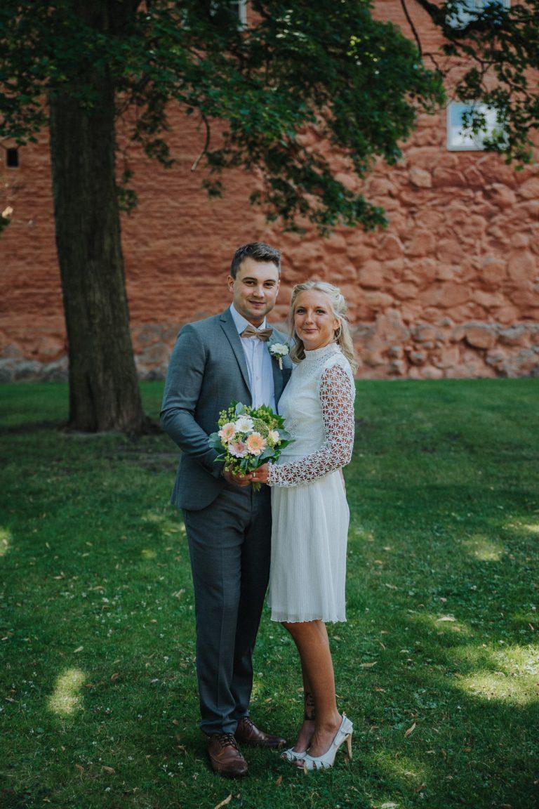 bröllopsporträtt utanför västerås slott, augustibröllop, rebecka thorell photography