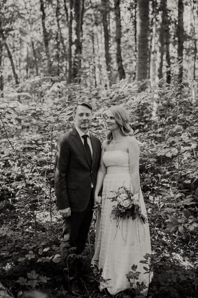 porträtt brudar, avslappnad fotografering, bröllopsporträtt i skogen, gröngarn enköping