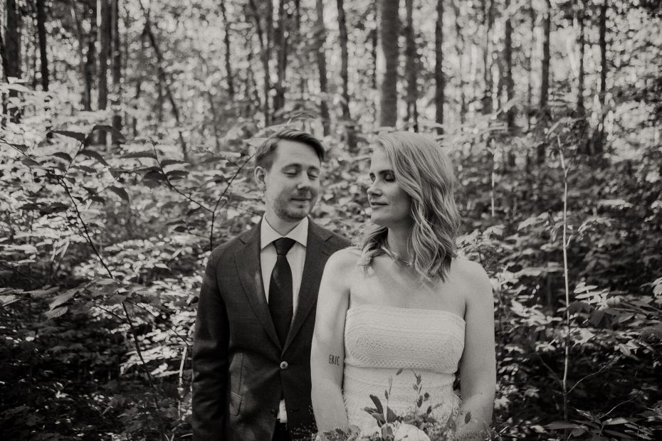 avslappnat brudpar i skogen under bröllopsfotografering, bröllop i enköping, gröngarn enköping, bröllopsfotograf uppsala