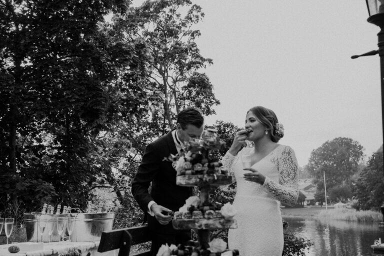 bröllopsmingel i kyrkbacken, brudskål, höstbröllop, bröllop djurö, bröllop 2020, rebecka thorell photography, bröllopsfotograf stockholmsskärgård