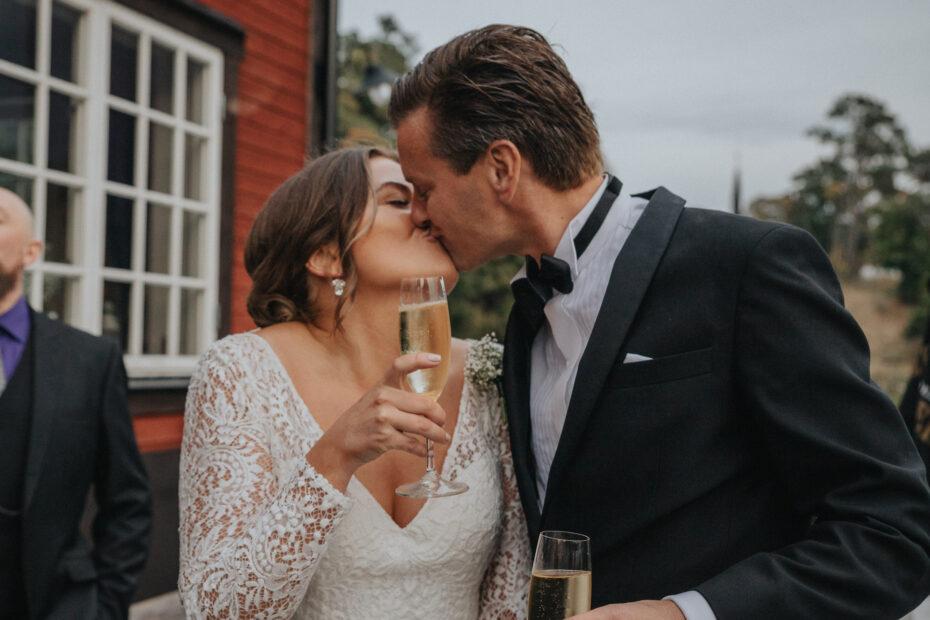 bengaler på bröllop, brudparets entré på bröllopsfesten, bröllop i stockholms skärgård, brudpar i båt, bröllopsfotograf stockholm, rebecka thorell photography
