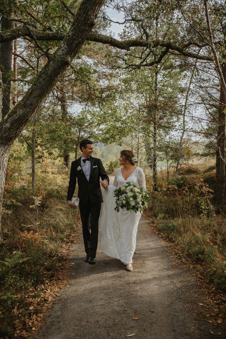 bröllopsfotograf djurö, stockholmskärgård, stockholmsskärgård, fågelbro värdshus, bröllopsporträtt, brudpar i skogen, höstbröllop