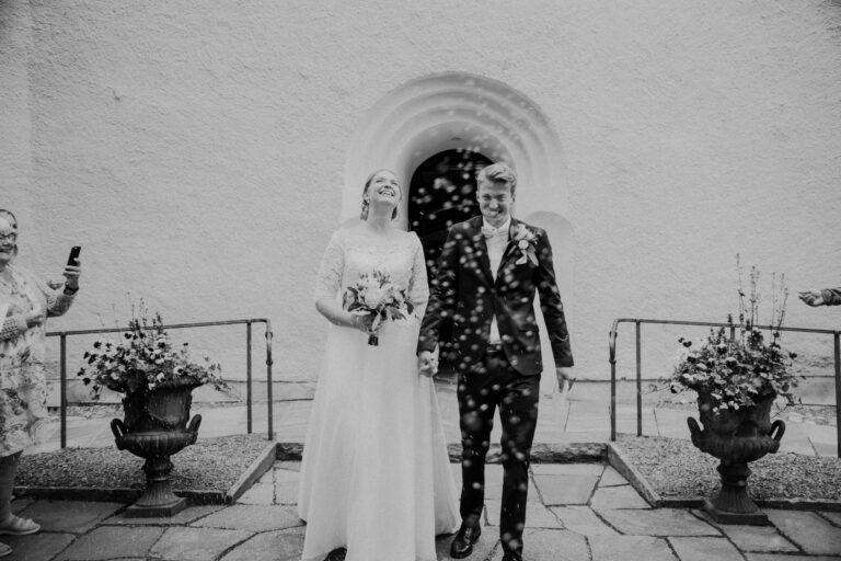 riskastning brudpar, bröllop i kyrka, riskastning, gratulationer, bröllop 2020, bröllop 2022, bröllop mora